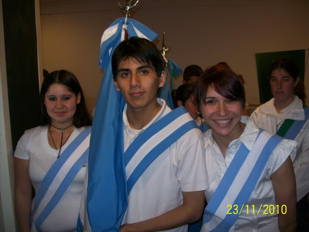 Samuel Quespi, Yessi Echave y Daniela Iribarren, portadores de la Bandera Nacional
